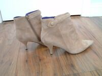 Nine West vintage 90's Light Natural Suede Leather Ankle Boot lined in purple Size 7