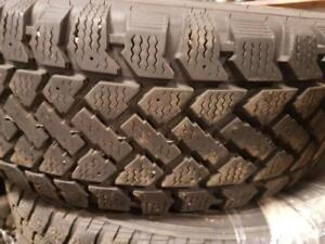 4 pneus d'hiver  205/60/15 Smowtrakker Radial ST/2. 30% d'usure , mesure 10-10-9-8/32.