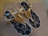 Toe post sandals in black and cream