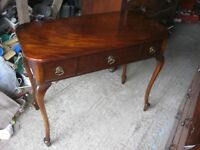 VINTAGE ORNATE POLISHED SIDE TABLE / WRITING TABLE WITH 3 DRAWERS. VIEWING/DELIVERY AVAILABLE