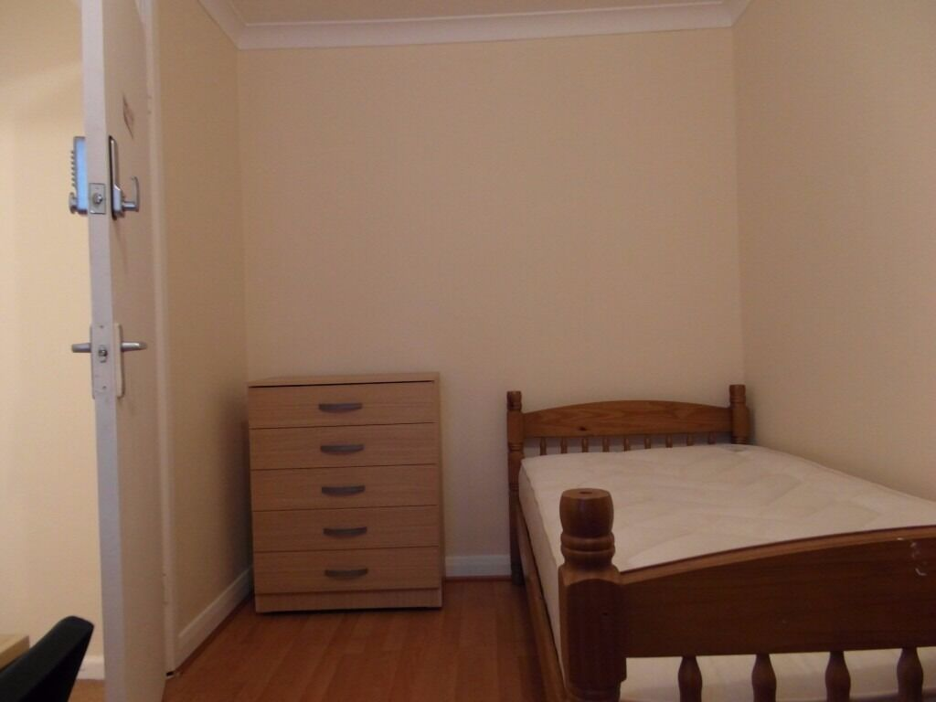 Single room available in Westferry statiuon. £140pw ll incl