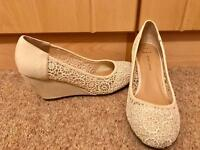Ivory flower detail wedges, size 6