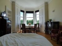 Lovely large Festival room in central Edinburgh overlooking a quiet park. Couples welcome.