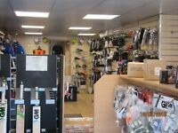 RETAIL UNIT WITH PARKING TO RENT IN BUSY SHOPPING PRECINCT NEAR READING
