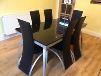Elegant and extendable glass dining table with 6 chairs