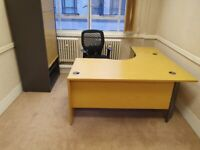 Side-panelled L-shaped office desk/computer table