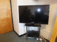 """32"""" Polaroid TV with original remote and glass TV stand"""