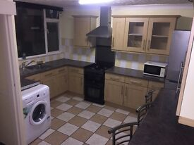 Cosy 3 Bedroom House, Newly Refurbished, Modern Appliances, 7 minutes from station E13