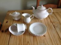 Very attractive gold-rimmed tea set