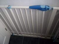 Baby gate in very good condition all parts present