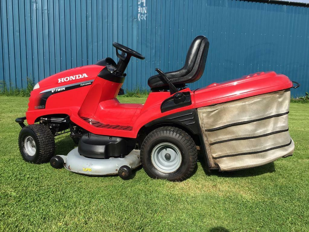 Big powerful Honda ride on lawnmower sit on lawn mower garden tractor