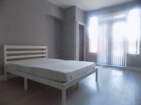 Double En-suite Studio Bedsit close to Town Centre and Train Station