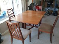 Dropleaf hardwood table and four chairs. Good condition. Width 910 mm - Length 1365 mm