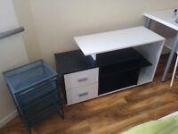 TV stand to go (black&white)