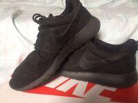 Size 5/6 Nike roshe trainers