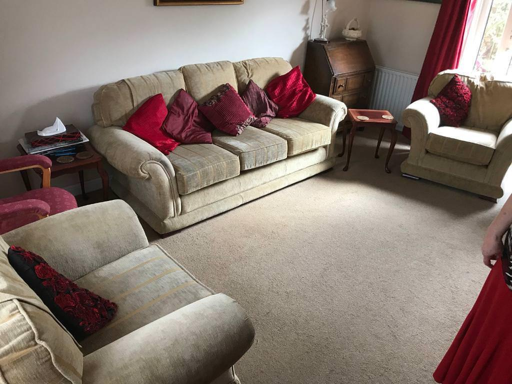 Lovely 3 piece suite in superb condition able to deliver too