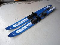 PAIR OF USED VINTAGE FRENCH BLUE & WHITE FLETCHER INTL ARROW COMBI WATER SKIS