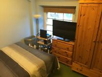 Double bedroom available in 3 bed flat in Clifton Village