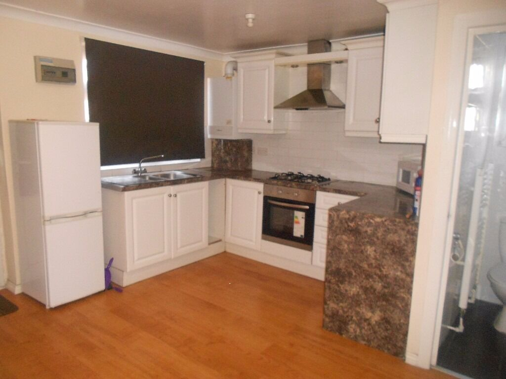 LARGE STUDIO TO RENT IN ILFORD £800PCM (ALL BILLS INCLUDED) CLOSE TO SEVEN KINGS STATION.