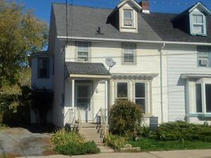 ATTN STUDENTS: GREAT 3 BD, CARPET FREE! 121 York St