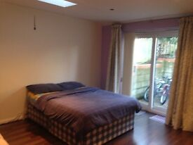 Large Double Bedroom close to M40 - with seperate bathroom, WiFi