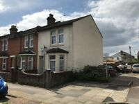 3 Bed House High Street Eastleigh ** Available Now ** Private Garden