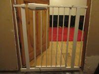 Lindam Easy Fit Premium Child Safety Gate (Pressure Fit)