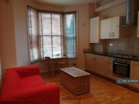 2 bedroom flat in Cologne Road, London, SW11 (2 bed) (#1131554)