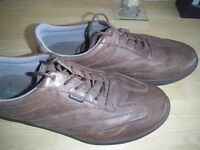 PAIR OF MEN'S HOTTER BROWN LEATHER SHOES. SIZE 9. EX. CON.