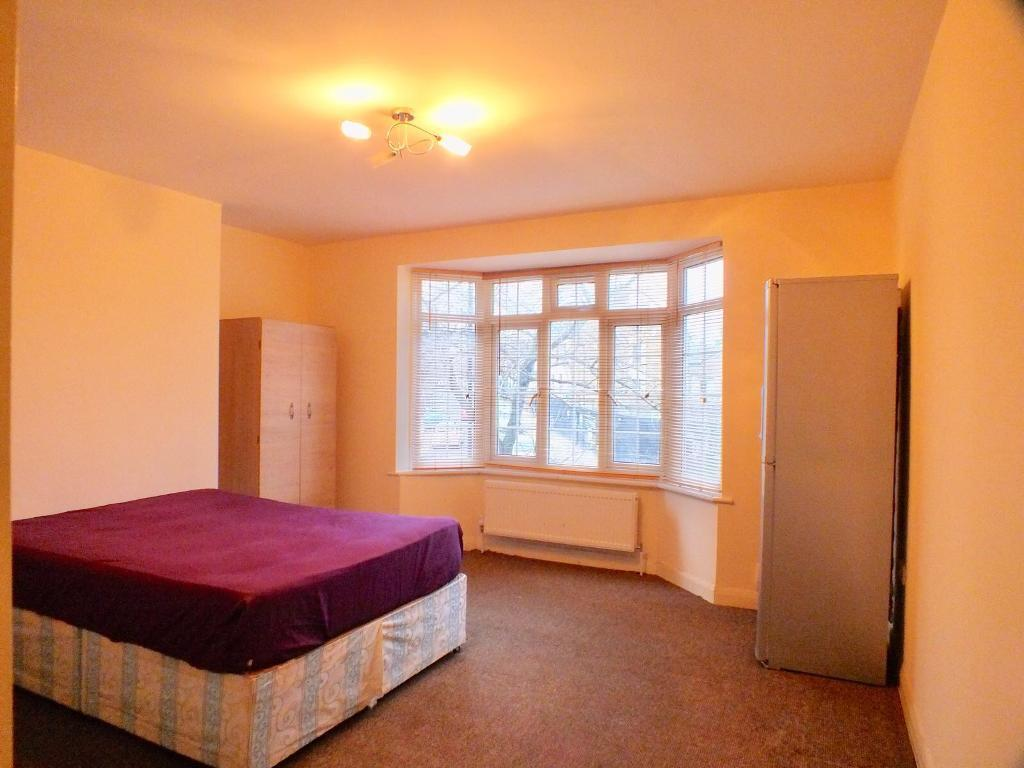 MASSIVE DOUBLE ROOM AVAILABLE JUST 5MINS BY WALK TO PALMERS GREEN STATION.