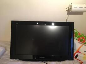 """Panasonic Viera TV 32"""" LCD freesat + wall mount"""