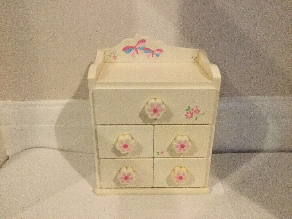 Girls white and flowery jewellery box, in excellent condition!!