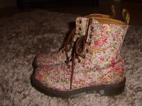 FLORAL DR MARTEN BOOTS - LIKE NEW SIZE 4