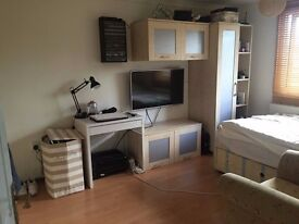 Double room in a quiet 5 bedroom house