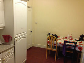 Two Nice double room is available now in clean house, 5min walk to Station ** no extra **