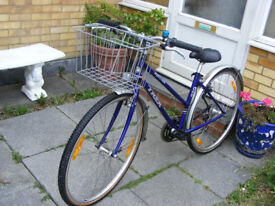 "LADIES HYBRID 700c WHEEL TREK BIKE WITH BASKET 17"" FRAME IN GREAT CONDITION"