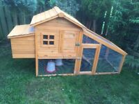 Chicken coop with run + 4 small chicken + feeders