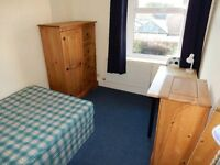 STUDENTS OR PROFESSIONALS! Spacious double room to rent in spacious property!