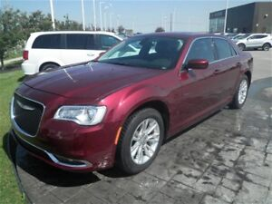 2016 Chrysler 300 Limited/Navi/Luxury at an Economy Price!