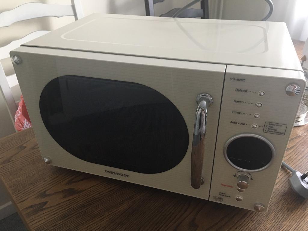 Daewoo cream microwave | in Crowthorne, Berkshire | Gumtree