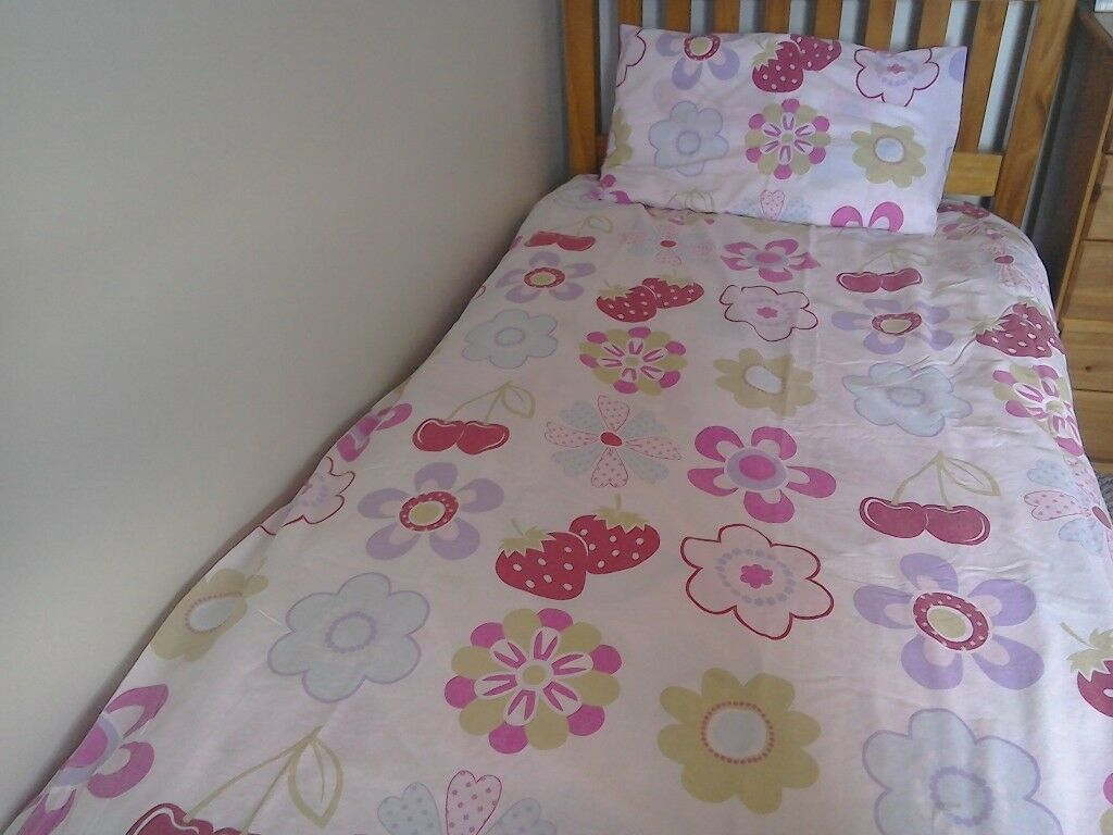 d973a864f60 2 sets of single bedding for £5 Girls pink   white
