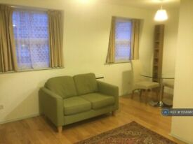 1 bedroom flat in Barnes, London, SW13 (1 bed) (#1056980)
