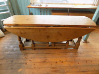 Pine Drop Leaf Dining Room Table in excellent condition