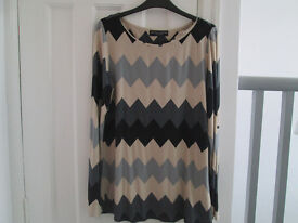 LADIES CHEVRON (ZIGZAG) ON-TREND TOP - SIZE 12 (NOT A 14 AS STATED) - FROM DOROTHY PERKINS - GC
