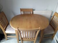 Lovely quality extending dining table with four chairs