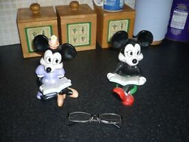 Micky and Minny mouse statues