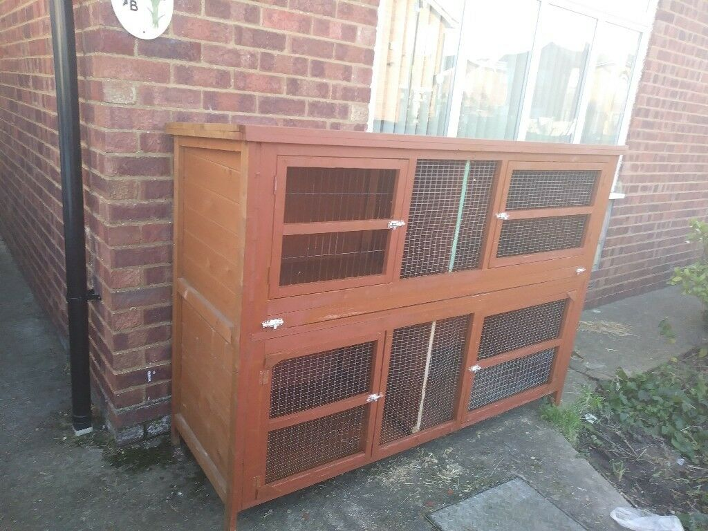 Rabbit hutch 6ft in good condition with cover.the cover needs a bit of attention