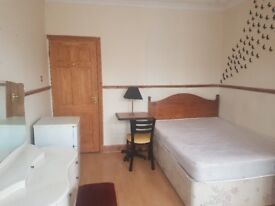 DOUBLE SIZE BEDROOM AVAILABLE TO RENT IN FAMILY HOUSE £360/PM