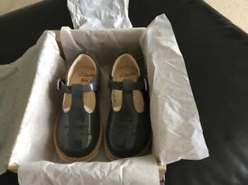 Girls Clarks Crown Wish Grey Patent Shoes Size 7.5G (25)