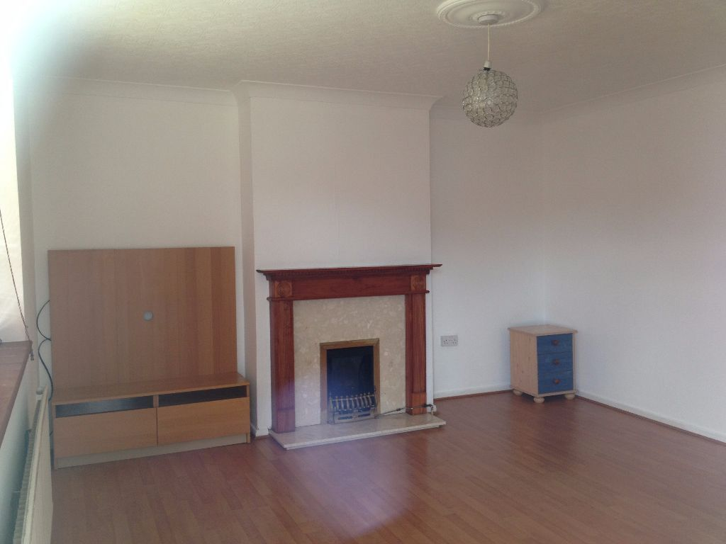 3 BED FLAT TO RENT IN NEWBURY PARK. UNFURNISHED. 5 MINS WALK TO NEWBURY PARK STATION. £1350PCM